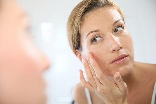 Nainen laittaa naamiota