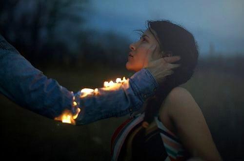 Käsi tulessa siinä kaunaa