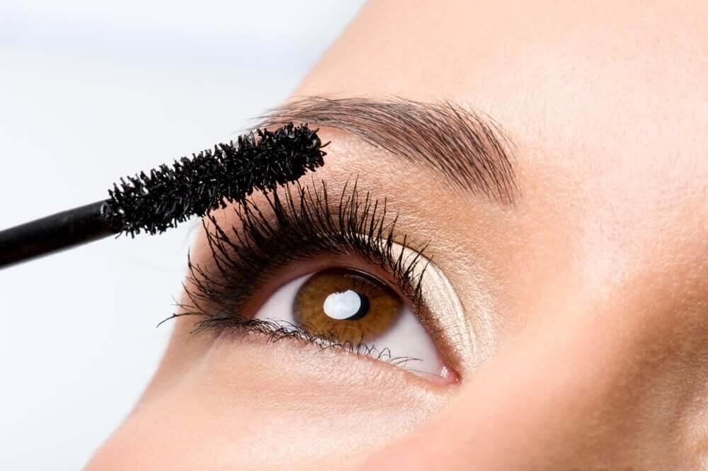 How to apply mascara.