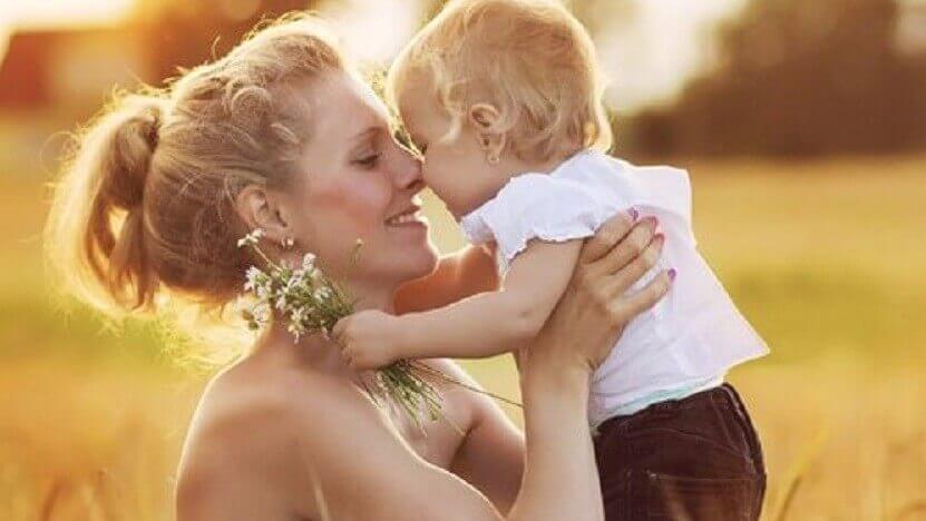 Äiti ja lapsi halaavat