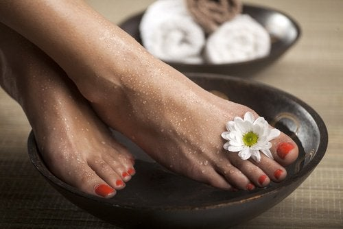 apply treatments to inhibit nail fungus in a foot bath