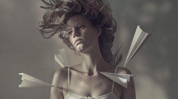 Nainen ja paperilennokit