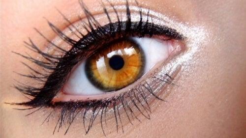 put eyeliner on your eyes