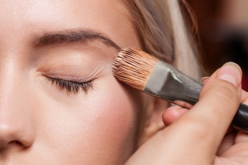 Silmäluomien meikkaus