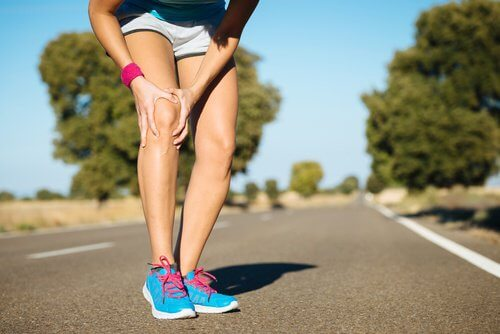 woman knee pain
