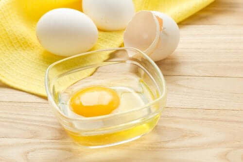 Use egg shampoo to mend split ends.