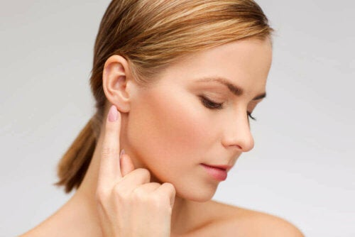 Removing excess earwax is possible through natural remedies.