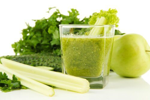 Celery and Green Apple Juice to Detox the Kidneys