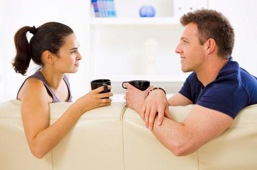 Pariskunta juttelee sohvalla