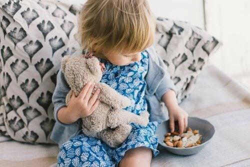 Lapsi noukkii ruokaa