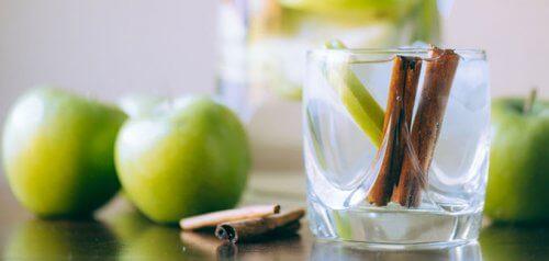 सेब और नींबू के साथ दालचीनी-पानी कैसे बनायें