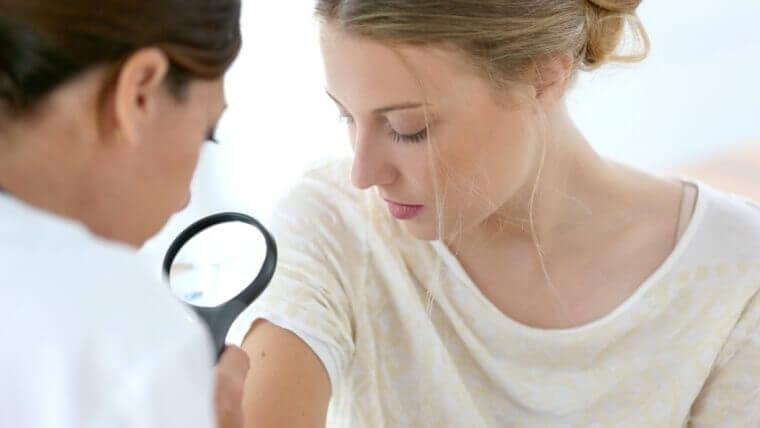 Lääkäri tutkii ihoa