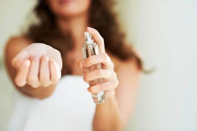 Kết quả hình ảnh cho spraying perfume