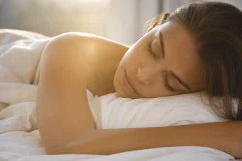 7 Benefits of Sleeping Naked