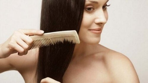 Hiusten kampaaminen
