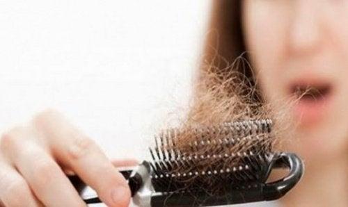 Harja täynnä hiuksia