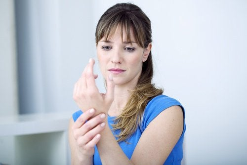 Woman with carpal tunnel