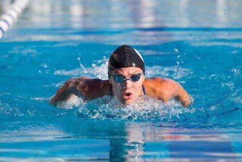 수영이 건강에 어떻게 도움이 되는지 알아보자