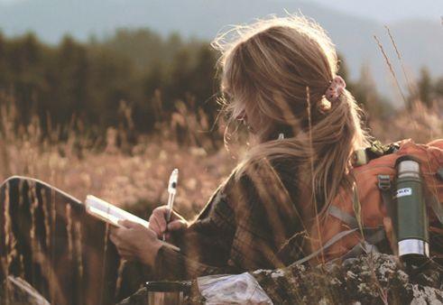 Nainen kirjoittaa ulkona