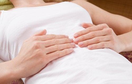 अपेंडिसाइटिस के लक्षण : पेट में तेज दर्द