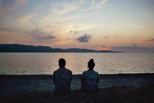 kaksi ihmistä rannalla