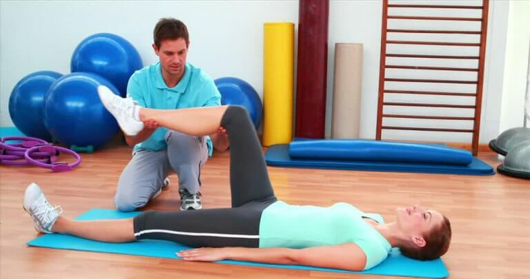 A woman with her personal trainer.