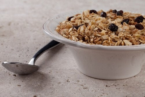Benefits of eating oats for breakfast cereal raisins milk spoon