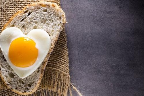 sydämen muotoinen kananmuna