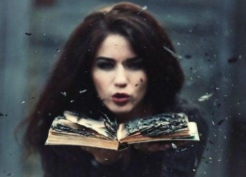 tuhkaa kirjan sivut