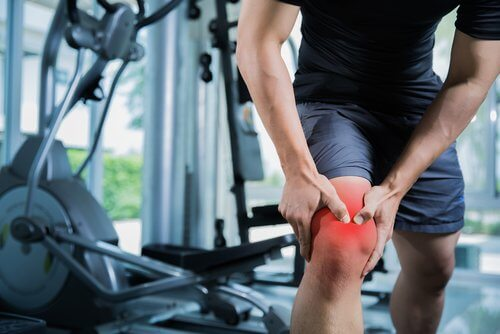 A man with knee pain at the gym