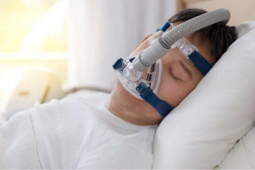 Людина з дихальним апаратом, поки він спить.