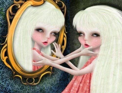 tyttö peilissä
