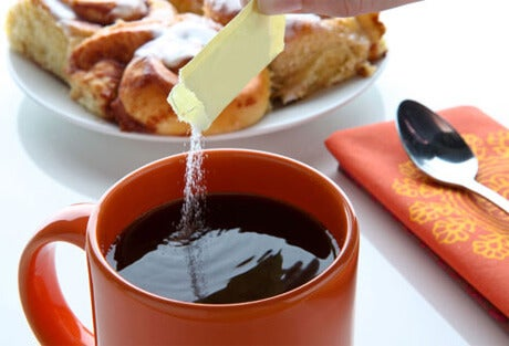 Using an artificial sweetener in a cup of coffee