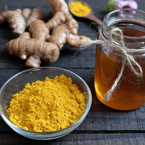 Cream with honey and turmeric to reduce dark spots