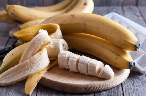 You can make moisturizing hair masks with banana.