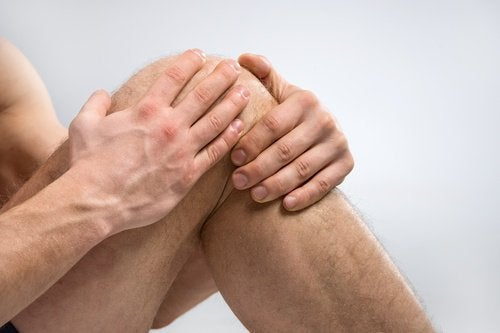 Applying salt and oil treatment to knees