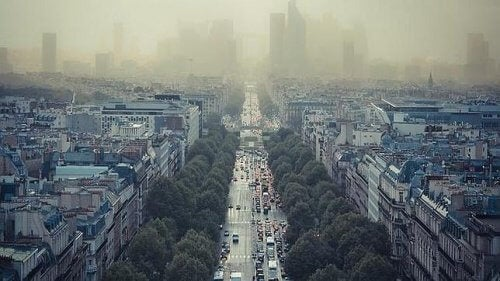 Image of smog in Paris on important avenue bird's eye view