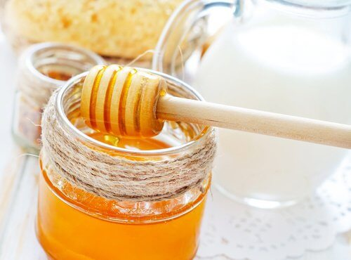 You can make moisturizing hair masks with honey.