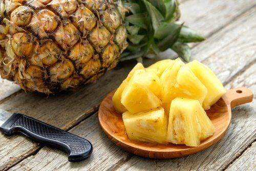 Some pieces of pineapple on a plate.