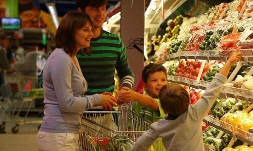 perhe ostaa vihanneksia