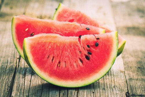 Watermelon slices to reduce bloating