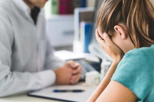 A patient crying in front of her doctor because of a diagnosis of Hashimoto's thyroiditis.