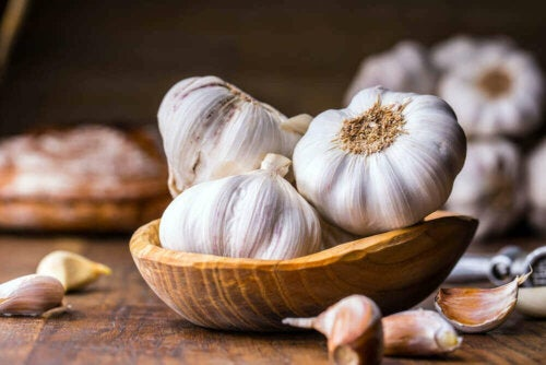 Some garlic in a wooden bowl.