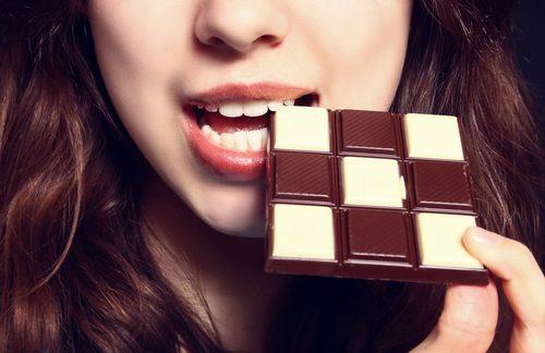 초콜릿 먹으려는 여자