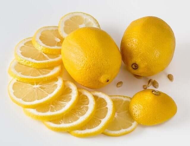 Lemons and lemon slices.
