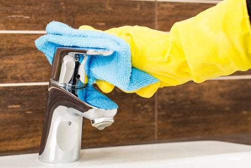 Scrubbing faucet with microfiber towel cleaning sink