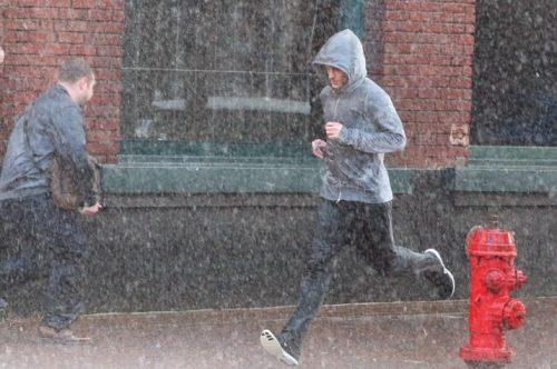 빗속을 뛰는 남자