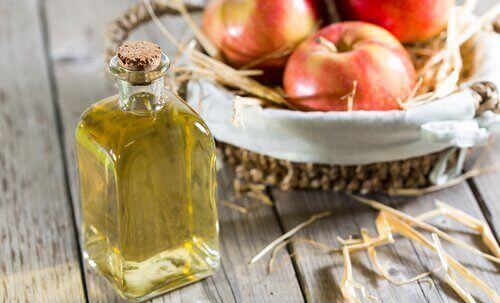 Apple cider vinegar and baking soda combination to exfoliate skin