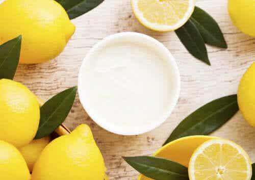 The Amazing Benefits of Using a Yogurt and Lemon Mask