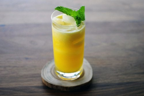 Apple pineapple juice fresh mint leaves
